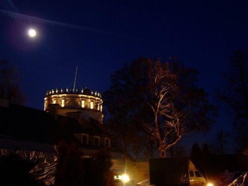 Przemyśl - Zamek, zachodnia baszta + samochów, którym przywieźliśmy graty i siebie :)