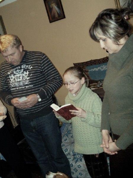Przygotowanie do wigili. Asia czyta modlitwe