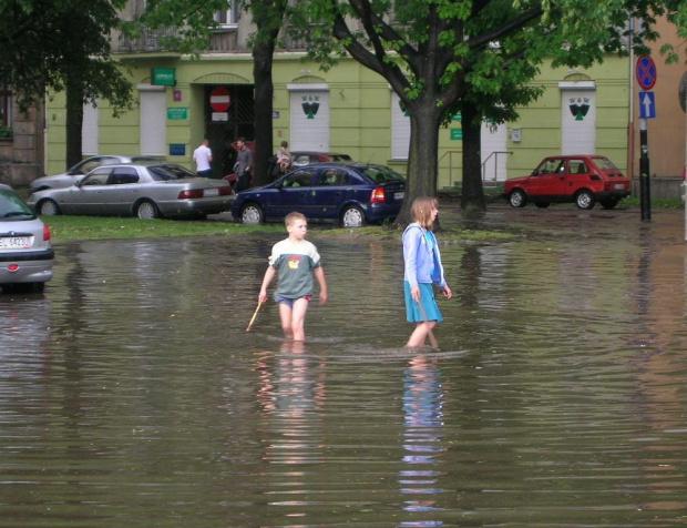 po kilkuminutowej ulewie w Łodzi #dzieci #ulewa #łódź