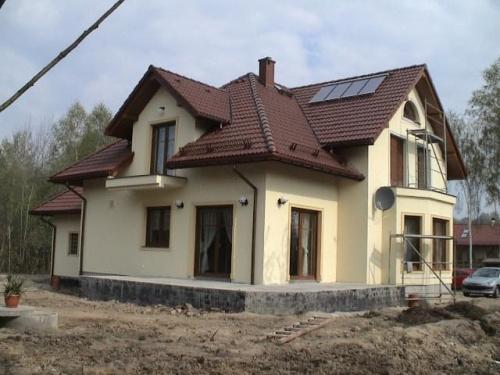 Jaka elewacja do brązowego dachu