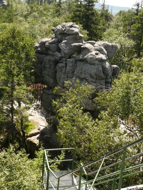 Wierzchowina Szczelińca usiana jest skałkami o oryginalnych kształtach