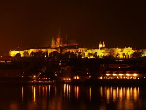 Hradczany nocą - widok z Mostu Karola #Praga
