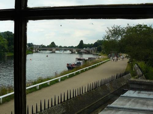 Widok z domku bankietowego na Tamize #Hampton #Londyn #Tudor