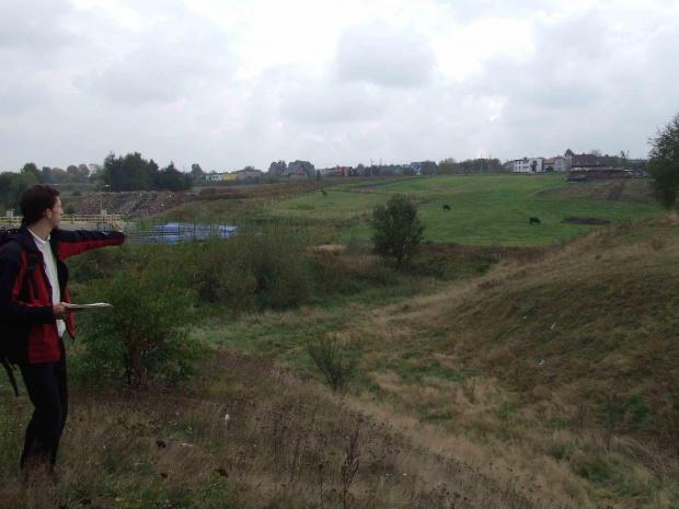 Średniowieczny gródek na pograniczu Kochłowice-Bykowina. Widok w kierunku południowy-wschód. Na środku zdjęcia fosa, a po prawej stronie część gródka. #kochłowice #Kochlowice #kochlowitz #gródek #grodzisko #kopiec #bykowina #Kochel